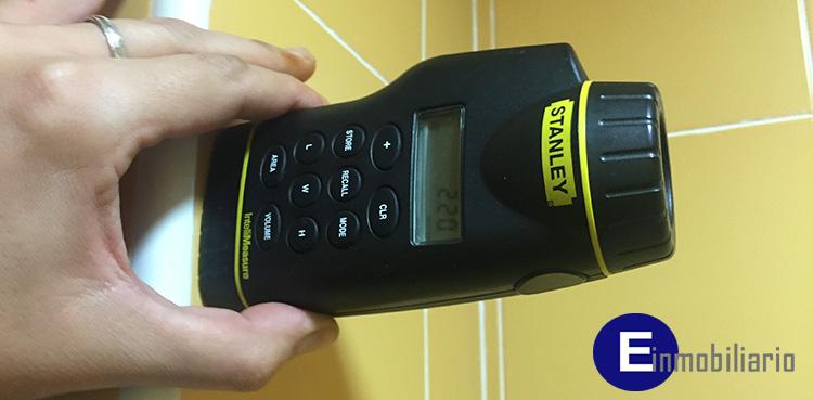 medidores láser: Realizando medición de estancia cuadrada en vivienda con medidor láser marca Stanley.