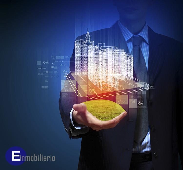 Agente inmobiliario viendo una vivienda mediante visita virtual.